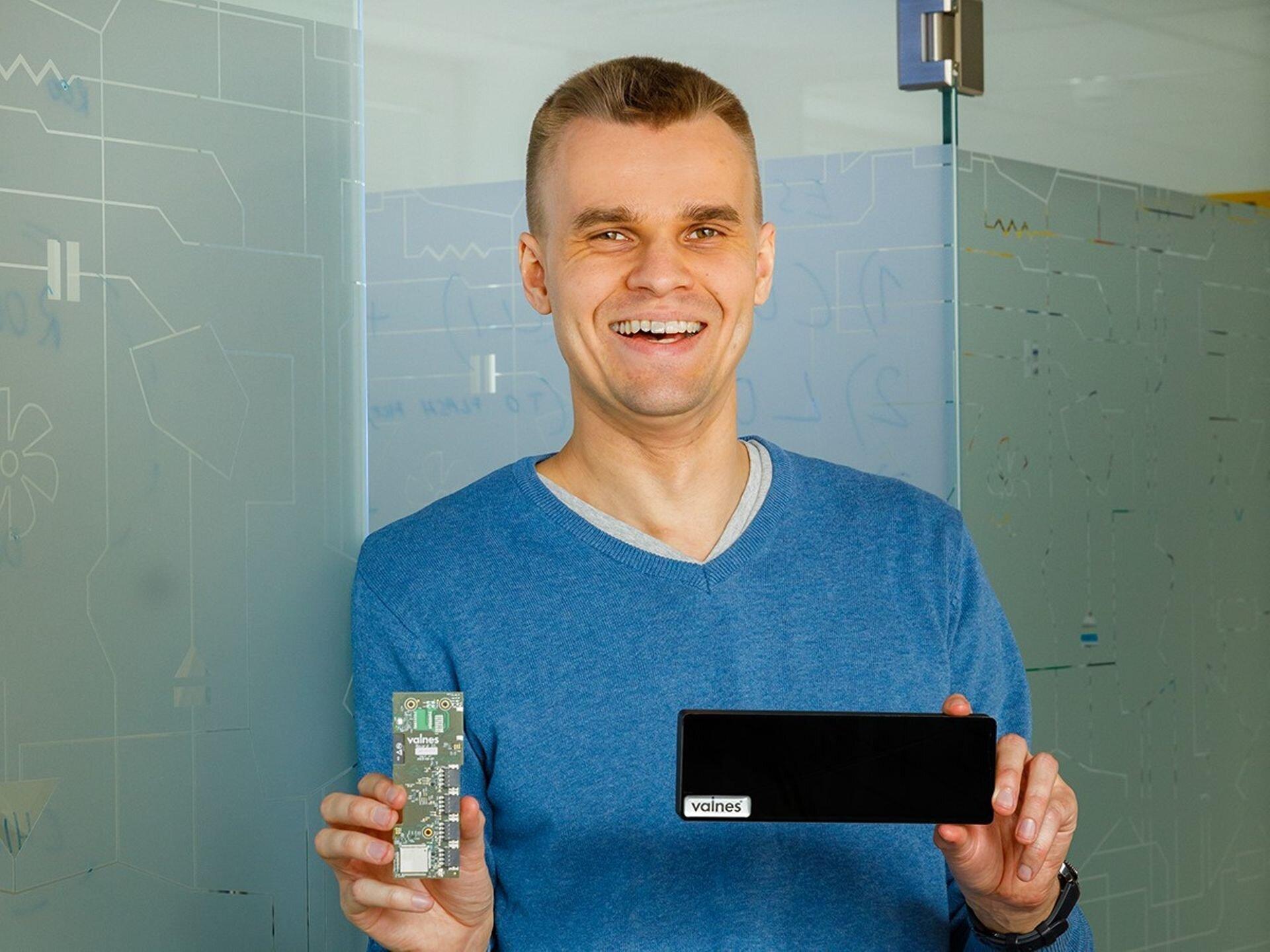 Jaan Hendrik Murmets showing off the hardware inside the Valnes smart lock.